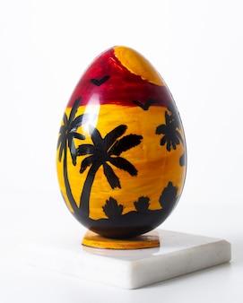 La vista frontale ha colorato la spiaggia di rosso giallo uovo progettata sulla superficie bianca