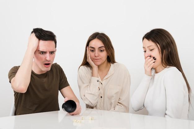 La vista frontale ha sorpreso gli amici che giocano i giochi domestici