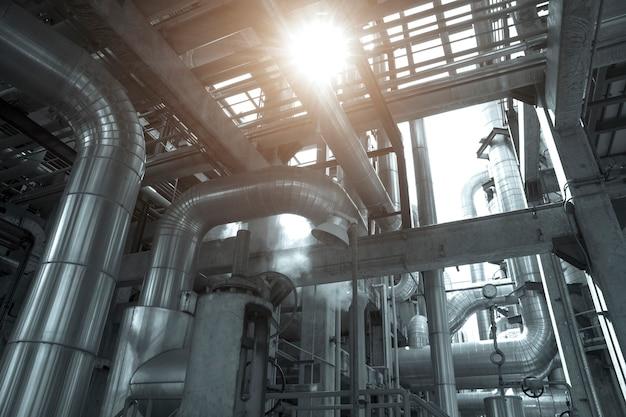 La vista industriale nella pianta della raffineria di petrolio forma la zona di industria