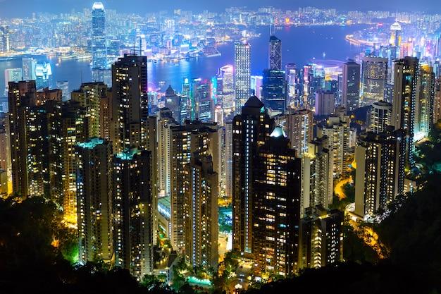 La vista più famosa di hong kong al tramonto crepuscolare. vista di paesaggio urbano dell'orizzonte dei grattacieli di hong kong da victoria peak illuminata nella sera. hong kong, regione amministrativa speciale in cina.