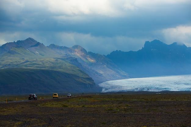 La vista scenica della strada lunga va al ghiacciaio skaftafell, parco nazionale di vatnajokull all'estate in islanda