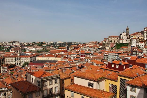 La vista sui tetti delle case d'epoca nella città di oporto, portogallo