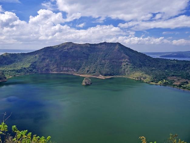 La vista sul vulcano taal, nelle filippine
