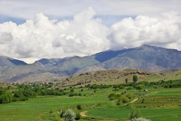 La vista sulle montagne del caucaso, armenia