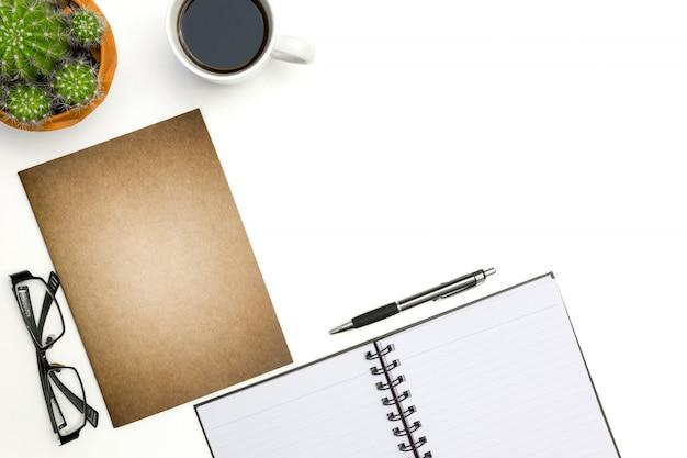 La vista superiore apre il taccuino, la penna ed il cactus sul fondo bianco dello scrittorio