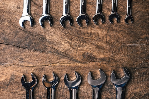 La vista superiore del gruppo di strappo sistema su fondo rustico di legno