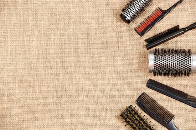 La vista superiore del parrucchiere degli strumenti su un fondo beige