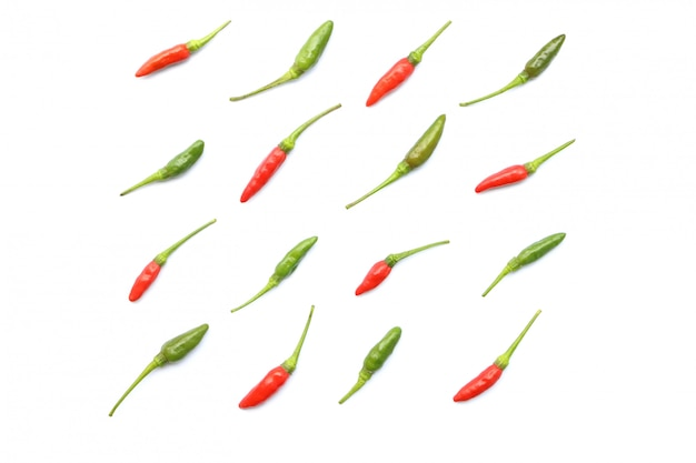 La vista superiore del peperoncino rosso tailandese fresco rosso e verde isolato ha sistemato nelle file ordinate