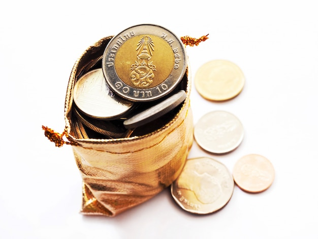 La vista superiore delle monete tailandesi dei soldi in borsa dorata