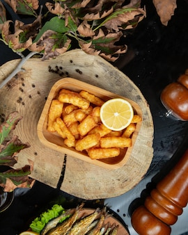 La vista superiore delle pepite di patata del dito è servito con il limone