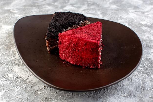 La vista vicina di fine colorata ha colorato le fette del dolce del cioccolato e della frutta dentro il piatto marrone