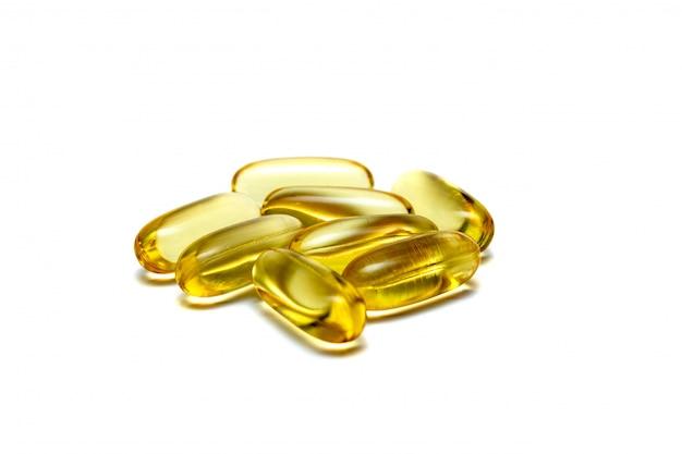 La vitamina e omega 3 vitamine delle pillole di giallo dell'olio di pesce mettono in mostra la nutrizione sana su fondo bianco isolato vicino su
