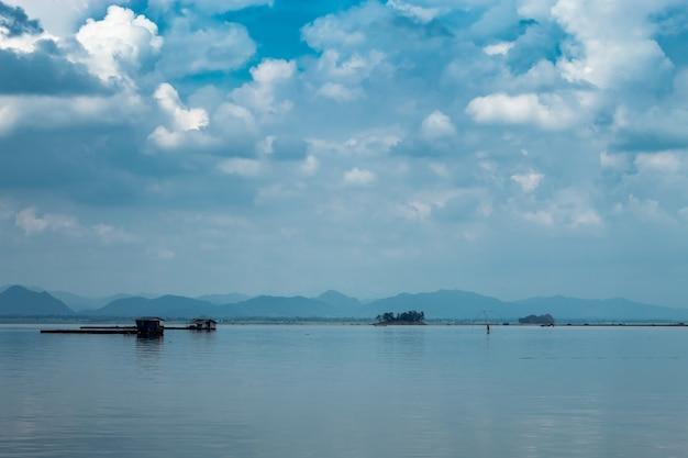 La zattera che galleggia l'allevamento ittico e il cielo nella diga di krasiew, supanburi