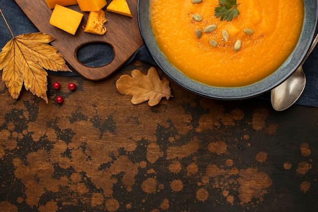 La zucca e le foglie dell'alimento di autunno copiano lo spazio