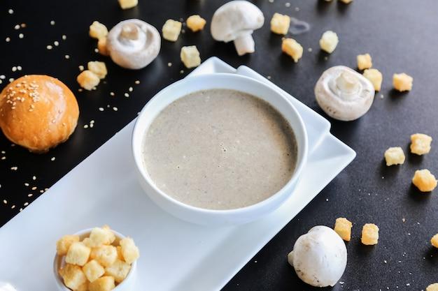 La zuppa di fungo nei cracker della ciotola buns la vista laterale del sesamo