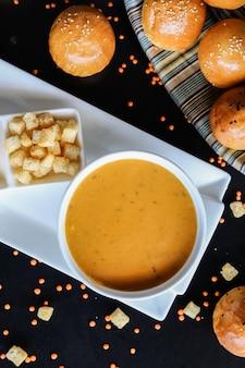 La zuppa di lenticchie spezza la vista superiore dei panini di limone