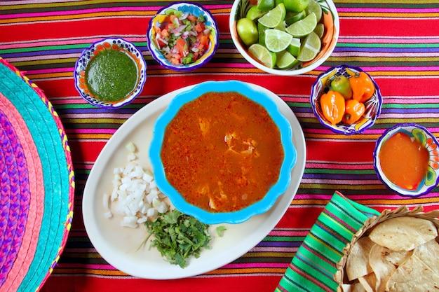 La zuppa messicana di pancita mondongo ha variato le salse di peperoncino rosso