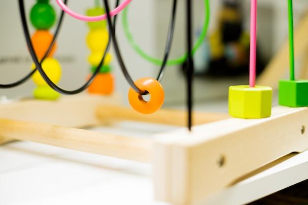 Labirinto di perline filo in piedi su un tavolo. attività per bambini