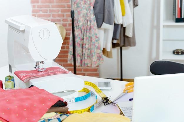 Laboratorio di cucito, stoffa, macchina da cucire, modelli di abbigliamento
