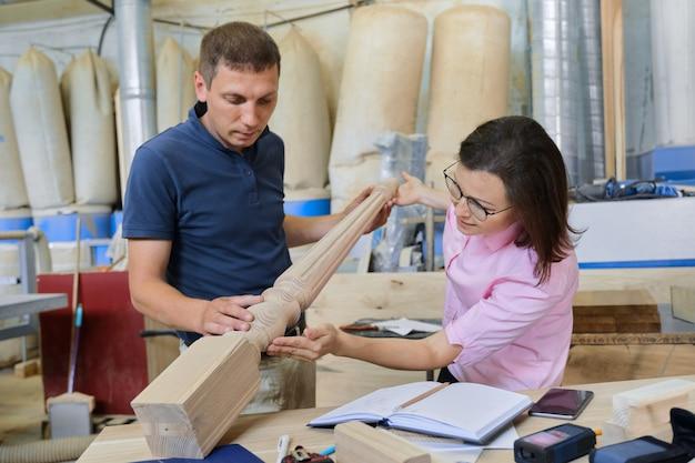 Laboratorio di falegnameria industriale, lavoratore e donna