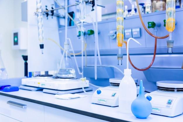 Laboratorio moderno con scienza boccette o sfondo di educazione.