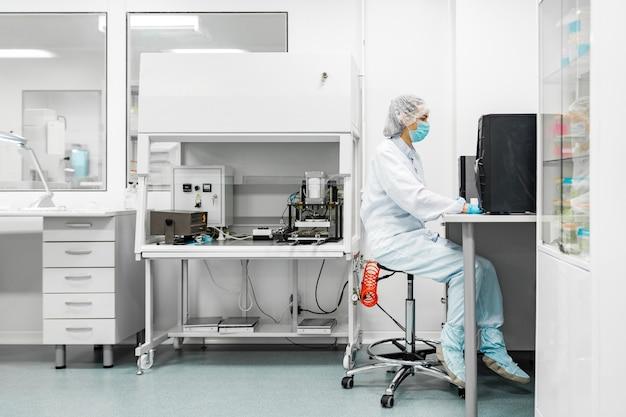 Laboratorio per la produzione di biomateriali. le persone fanno ricerche.