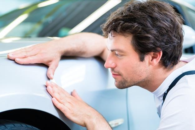 Lacca di controllo meccanico nell'officina dell'automobile