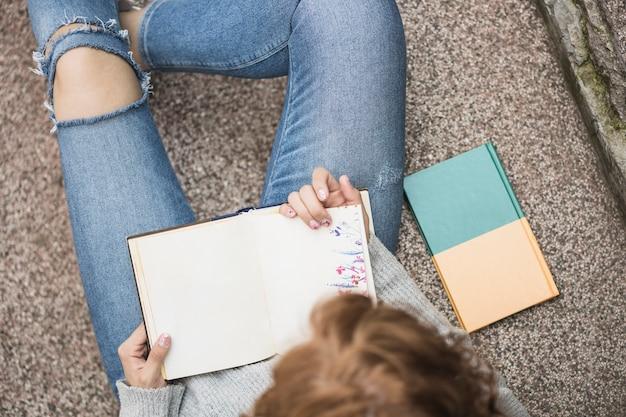 Lady in possesso di notebook sui gradini