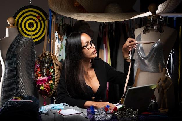 Ladyboy fashion designer controlla la progettazione del modello