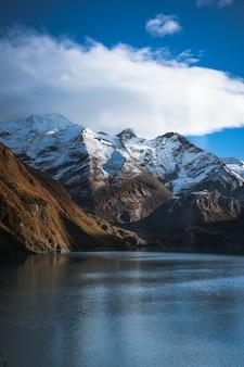 Lago alpino invernale
