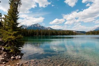 Lago Beauvert con le montagne nei precedenti, Jasper National Park, Alberta, Canada