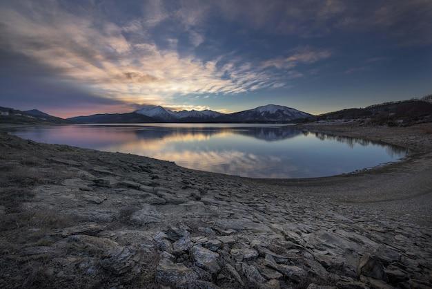 Lago con costa rocciosa