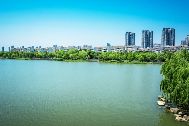 Lago con la città