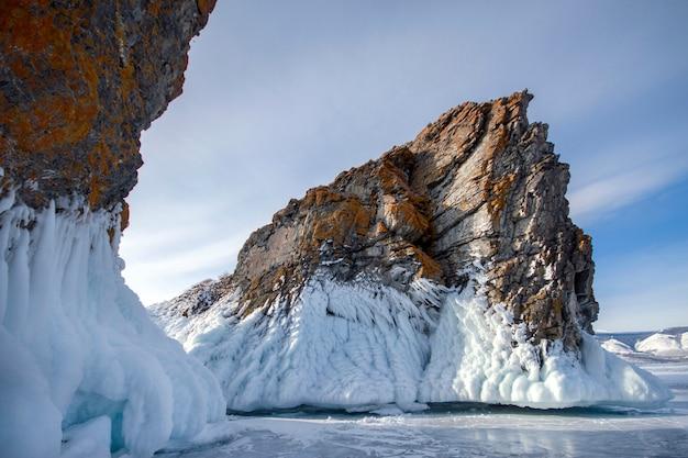 Lago coperto con uno spesso strato di ghiaccio sul lago baikal