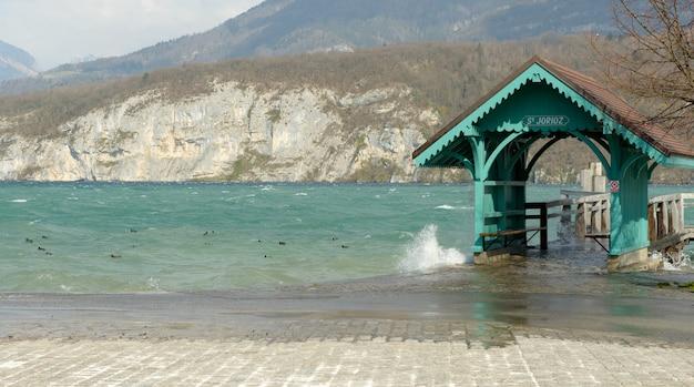 Lago di annecy, pontile di attracco per barche a saint-jorioz