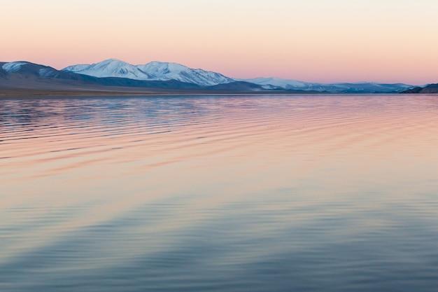 Lago di montagna della mongolia