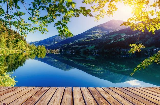 Lago di montagna in mezzo alle montagne. villa al mare. italia