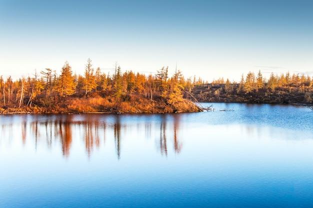 Lago di montagna nella tundra, autunno profondo nella penisola di taimyr vicino a norilsk.