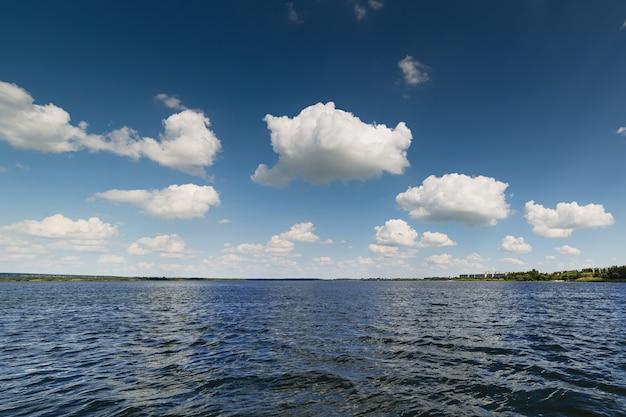 Lago e bel cielo azzurro con nuvole