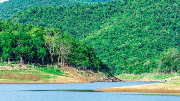 Lago e montagna in estate. - paesaggio montano.