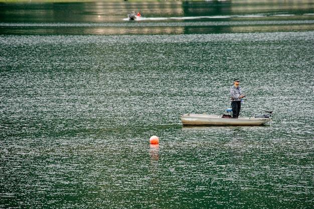 Lago giapponese vicino monte fuji con pescatore