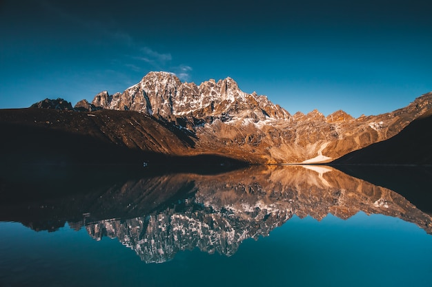 Lago gokyo sulle montagne dell'himalaya