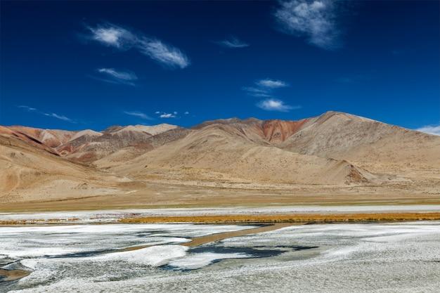 Lago himalayano tso kar in himalaya, ladakh, india