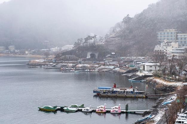 Lago kawaguchiko nella stagione della neve, giappone