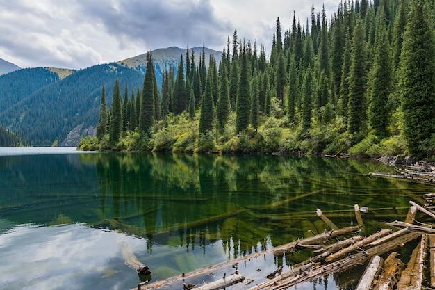 Lago kolsay - lago della montagna nel kazakistan