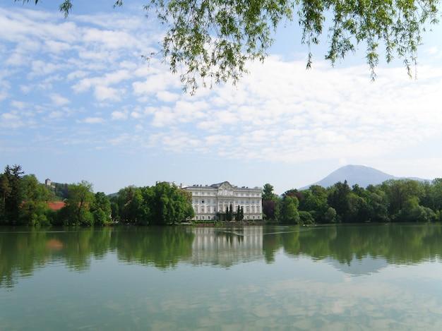 Lago leopoldskroner weiher con il palazzo di schloss leopoldskron a salisburgo, in austria