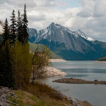 Lago medicine con le montagne nella priorità bassa, Jasper National Park, Alberta, Canada