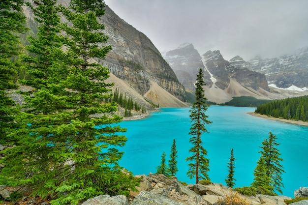 Lago morenico nel parco nazionale di banff, alberta, canada