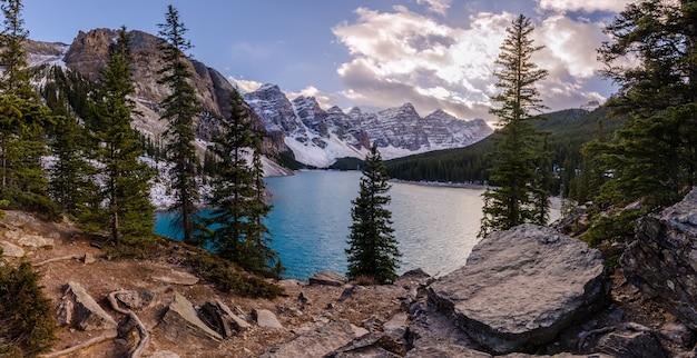 Lago morenico nel parco nazionale di banff