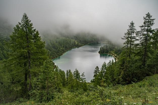 Lago nelle montagne in alpi austriache nella bella stagione turistica di estate con cielo blu e chiara acqua